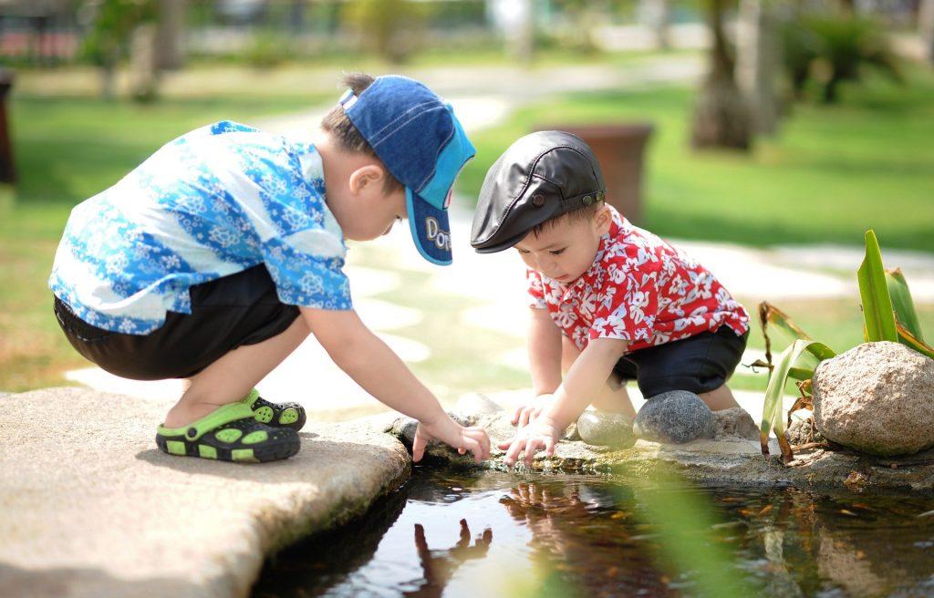 To børn leger